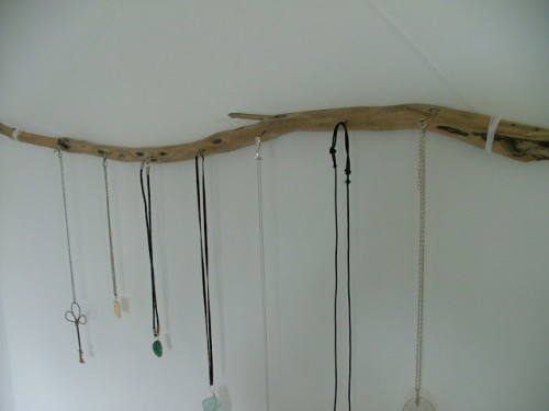 driftwood jewelry display (via kookyquirkycute)