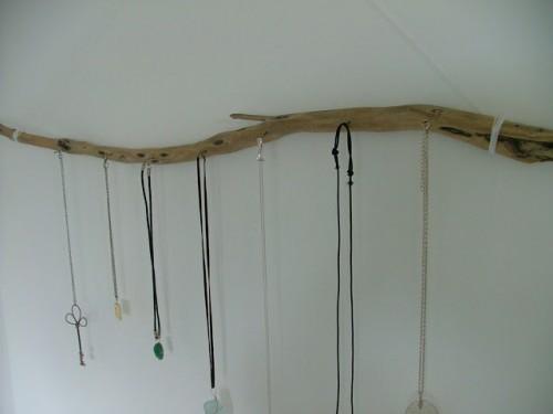 driftwood jewelry display (via kookyquirkycute)