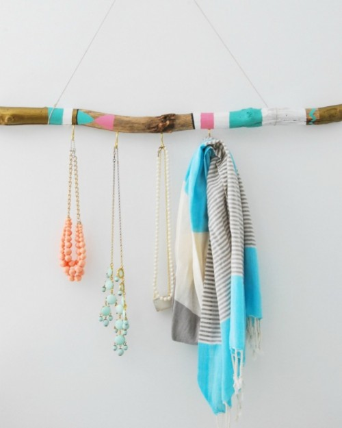 painted driftwood wall hanger (via thesweetestdigs)