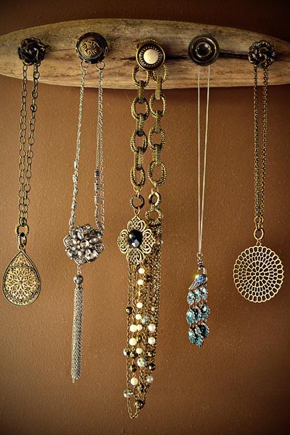 driftwood wall jewelry hanger (via intimateweddings)