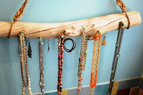 driftwood jewelry display (via teaspoonsf)
