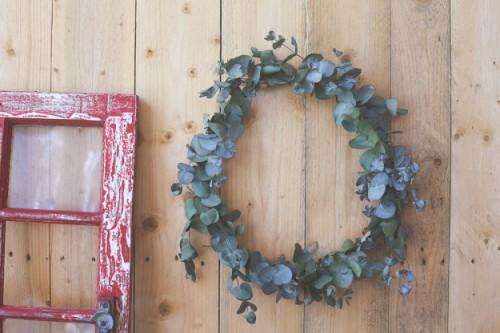easy eucalyptus wreath (via erinmadethis)