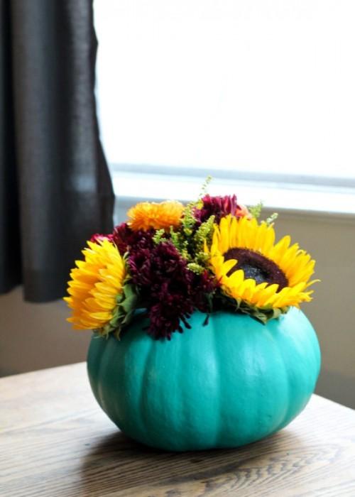 pumpkin vase centerpiece (via shelterness)