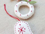Do you have some felt leftovers? Make a bunch of little ornaments even if you're beginner at embroidery. There are templates for all three ornaments (a tree, a bell and a wreath) (via domestifluff)