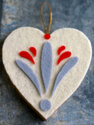 Heart-shaped ornament with very simple design would add some warmness to your Christmas tree. As usual, cutout projects are quite easy!