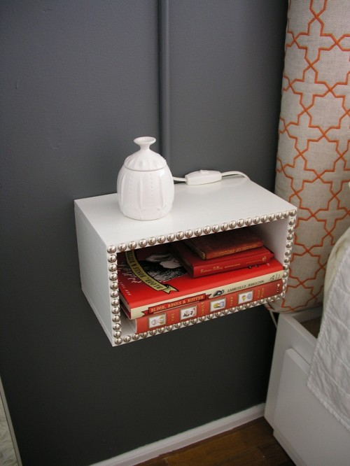 Diy floating night stands for small bedrooms shelterness for Wall mounted nightstand diy