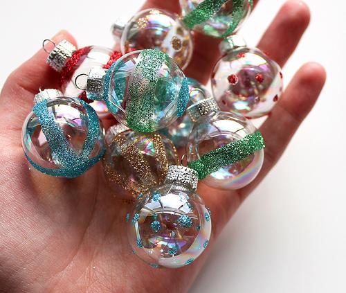 vintage-style glitter ornaments (via vitaminihandmade)