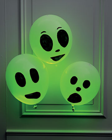 Diy Glowing Ghosts For A Hallowen Party