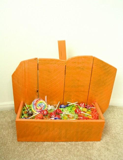 bold Halloween pumpkin stand (via briteandbubbly)