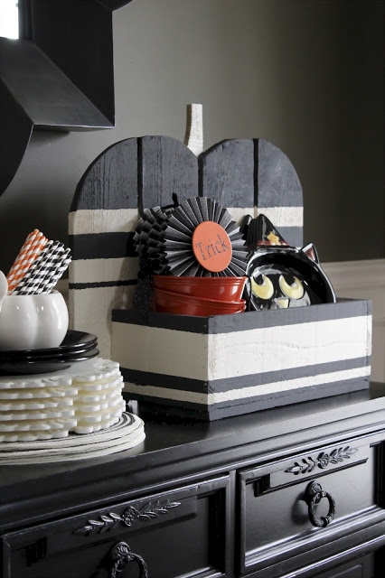 black and white pumpkin stand (via theyellowcapecod)