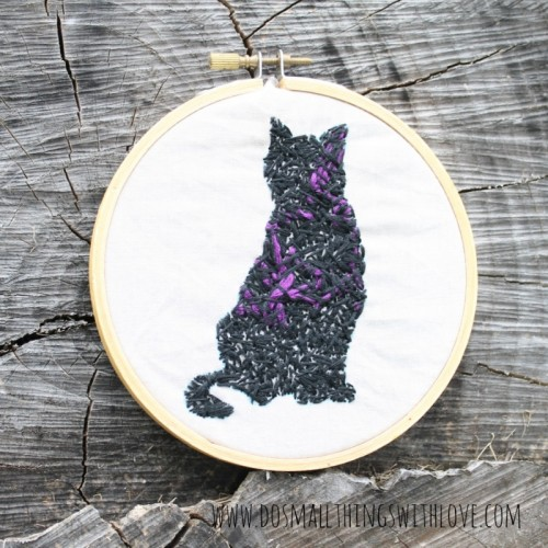 Halloween embroidered black cat (via dosmallthingswithlove)