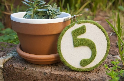 moss hoop table number (via craftedblog)