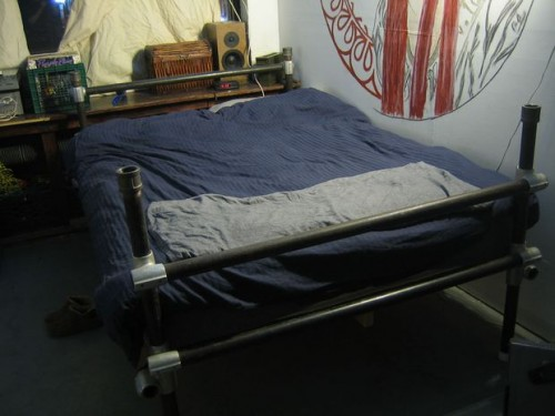 industrial pipe bed (via instructables)