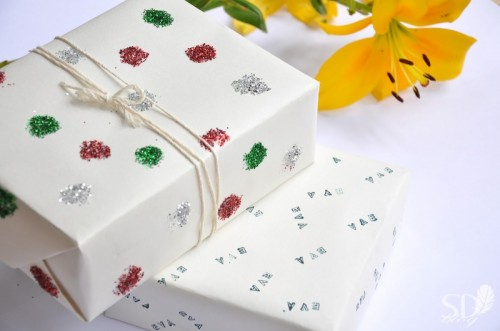 easy glitter dots wrapping (via spalvotasdryzuotas)