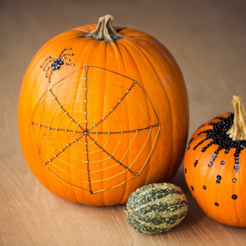 wire web pumpkins (via shelterness)