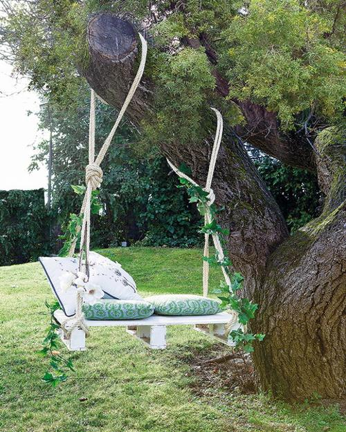 bed hanging on the tree (via lushome)