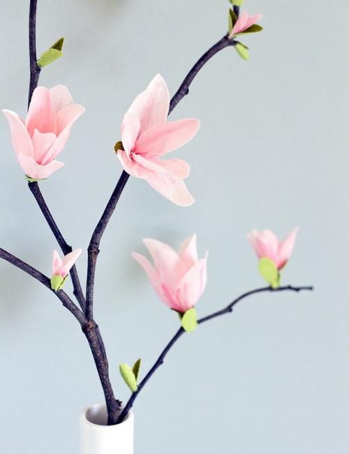 paper magnolia blossoms (via vitaminihandmade)