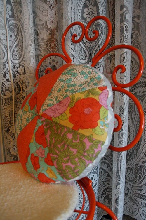 patchwork round pillow (via charpology)