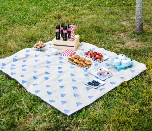 stamped picnic blanket (via ajoyfulriot)