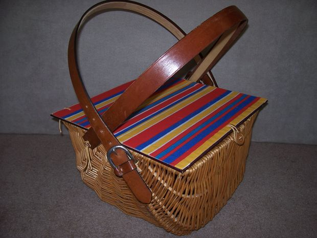 rustic picnic basket with liner