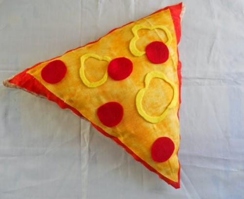 pizza slice pillow (via runningwithagluegun)