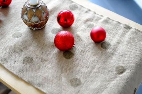 polka dot burlap table runners (via teaspoonsf)