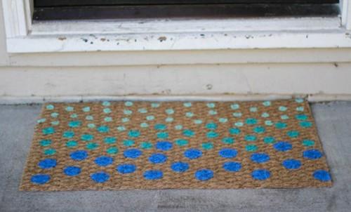 polka dot doormat (via shelterness)