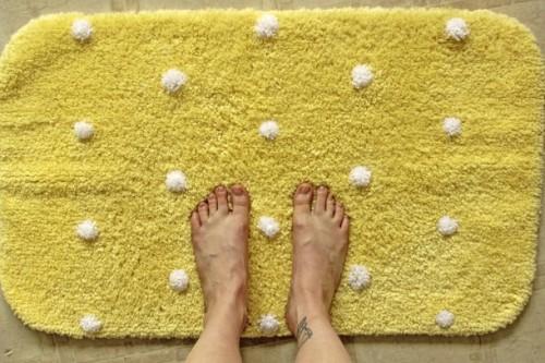 pompom bath rug (via fabricationpollination)