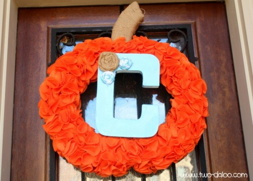 felt pumpkin wreath (via two-daloo)