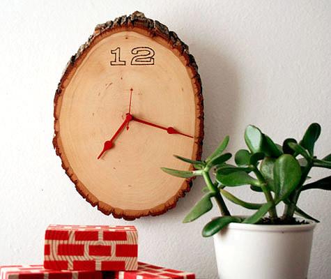 wood slice rustic clock (via shelterness)