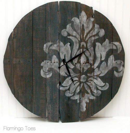 stenciled pallet clock (via flamingotoes)