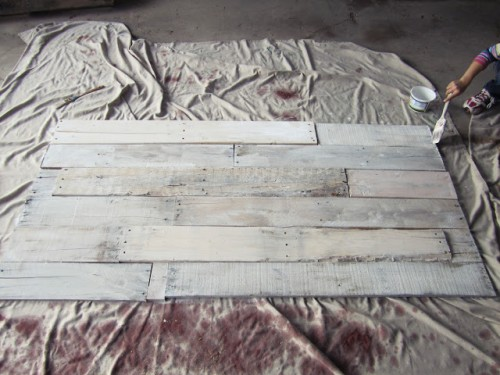 cool pallet headboard with whitewash (via smartgirlstyle)