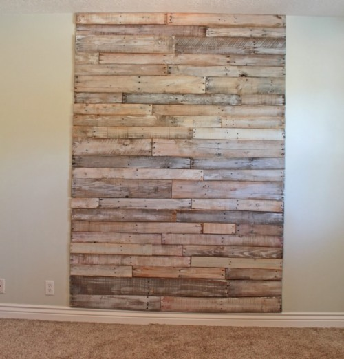 big whitewash headboard of pallets (via theroosterandthehen)