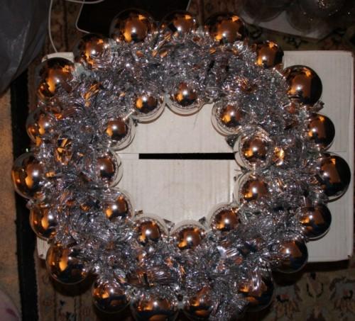silver winter wreath (via designhomes)