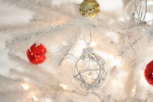 minimalist silver ornaments (via shelterness)