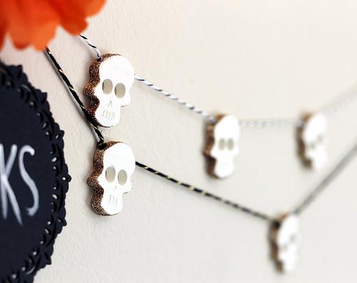 glitter skull garland (via vitaminihandmade)