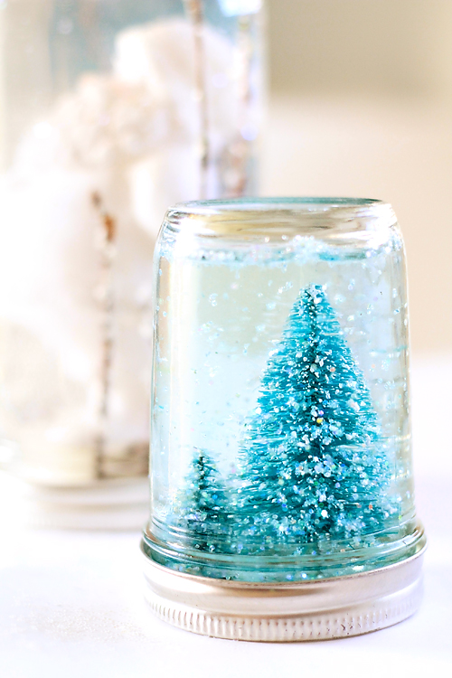 Mason Jar Snow Globe Tutorial (via julieannart)