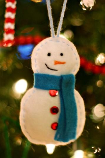 Felt snowman ornament (via justeverydayme)