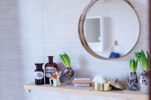small under the mirror bathroom shelf (via shelterness)