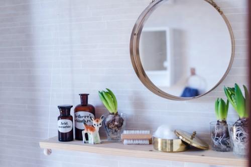 small under the mirror bathroom shelf (via shelterness)