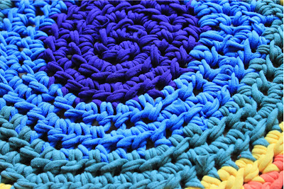 rainbow rug from t-shirt yarn (via untrendylife)