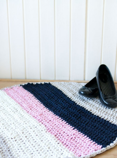 striped crochet rug (via crafts)
