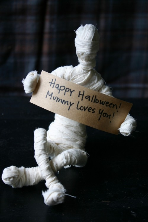 DIY Tabletop Mummies For Last Minute Halloween Decorating