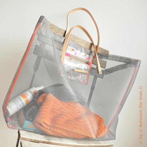 02a2a4d979 DIY Transparent Beach Tote - Shelterness