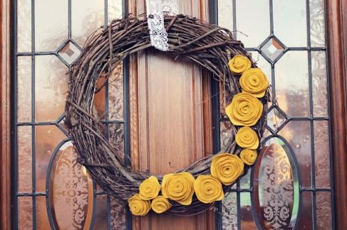 twig and felt flowers wreath (via picsoandrea)