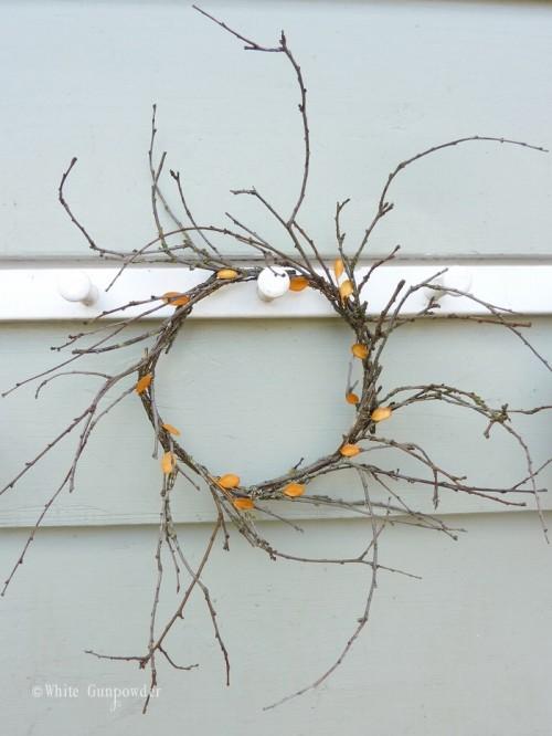 twig and leaf wreath (via whitegunpowder)