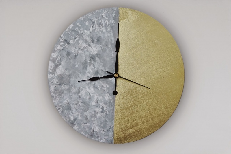 Picture Of diy two tone wall clock with a feather pattern  1