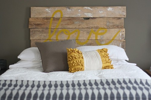 DIY Vintage Looking Headboard Made Of Fence Boards