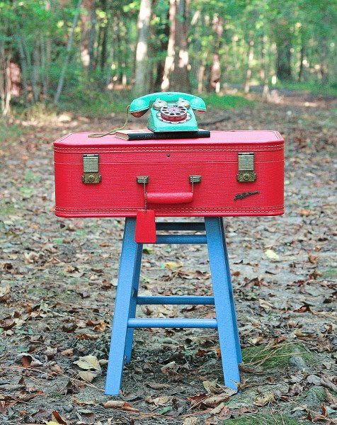 vintage suitcase side table (via mysocalledcraftylife)