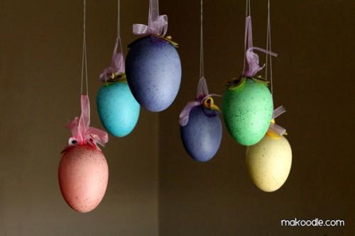 hanging easter eggs decoration (via makoodle)